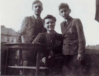 Holocaust survivors as children with their mother in Budapest 1944. They were saved by the Spanish diplomat Angel Sanz Briz.